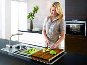 Женский труд на кухне нужно ценить.