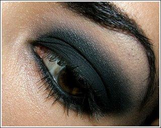 Делаем макияж в стиле «Smokey eyes»