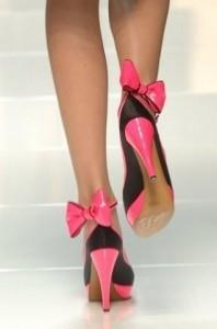 Почему женщины носят обувь на каблуках?