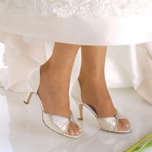 Свадьбы знаменитостей-2012: кто из звездных невест носит туфли от самых модных дизайнеров.