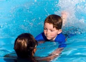 Как научить ребёнка плавать?